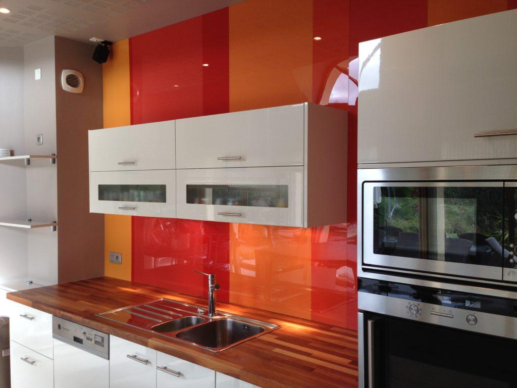 cuisine avec crédence rouge-orange