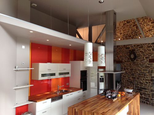 cuisine design avec credence rouge