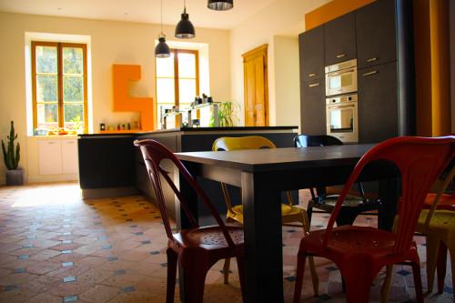 cuisine noire et orange laval