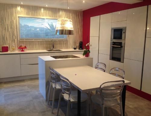 cuisine laque blanche decoration rose