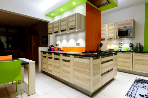 cuisine-equipee-couleur-fluo