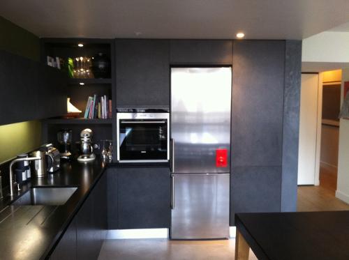 cuisine-noire-refrigerateur-inox-paris-7