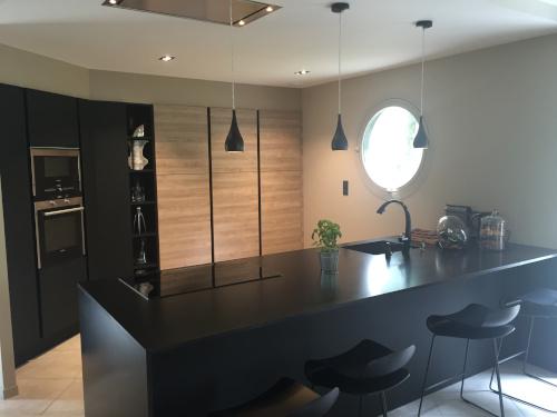 cuisine-design-noire-bois-arthur-bonnet-la-roche-sur-yon